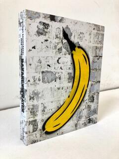 """Objekt """"Buch mit handgesprayter Banane"""" (2019)"""